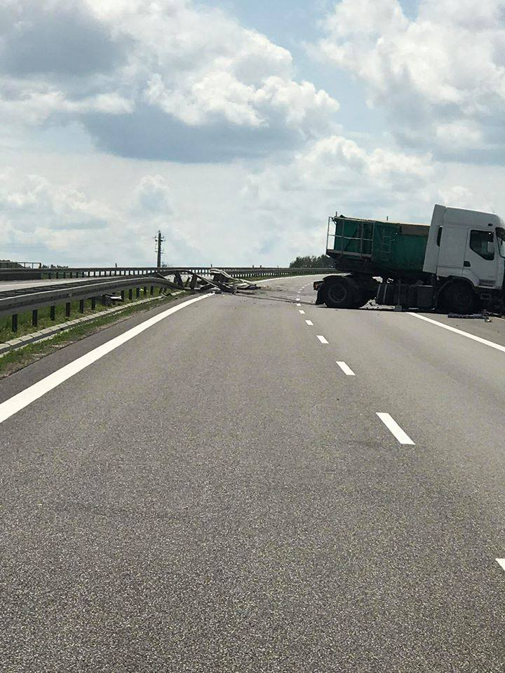 Ciężarówka uderzyła w bariery ochronne. Koniec utrudnień na drodze ekspresowej S19