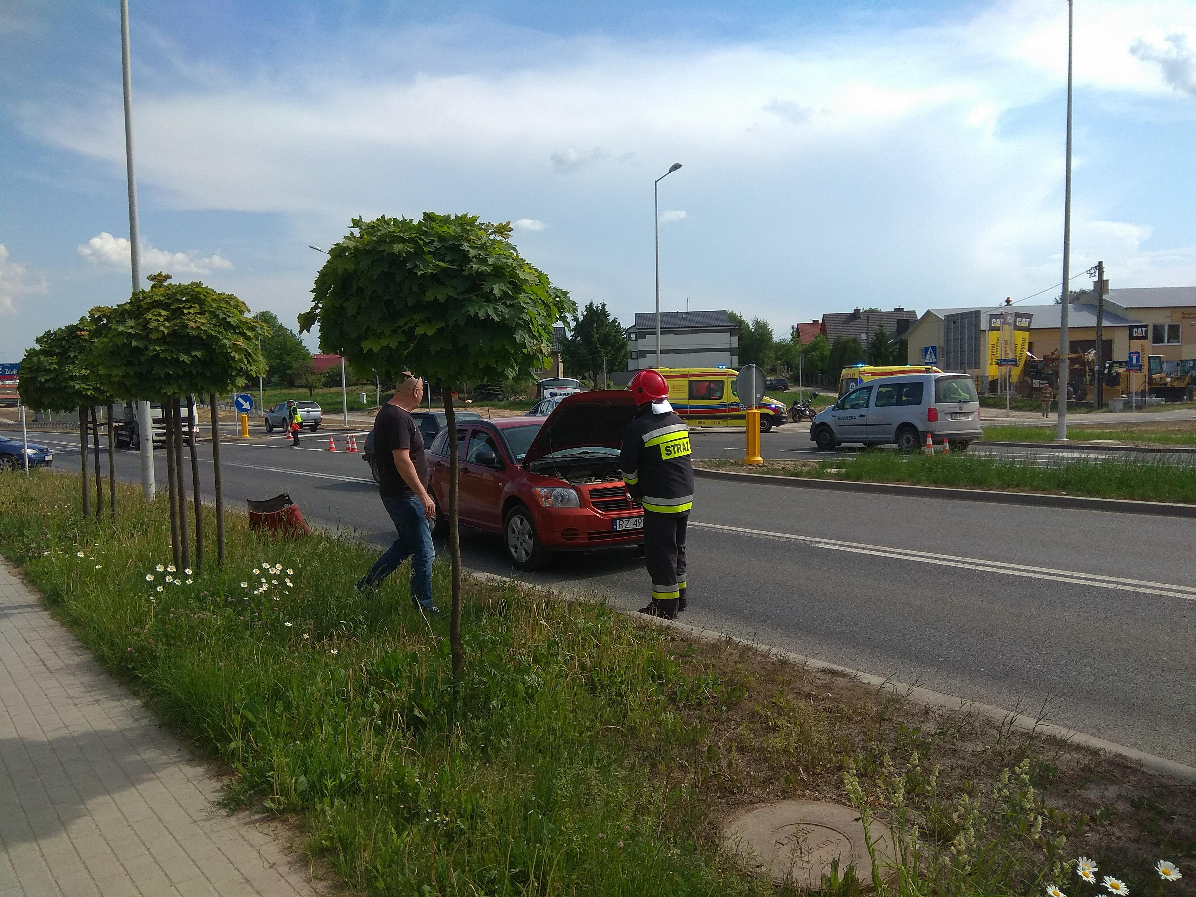 Wypadek w Rzeszowie. Zderzenie dodge z motocyklistą. Dwie osoby ranne