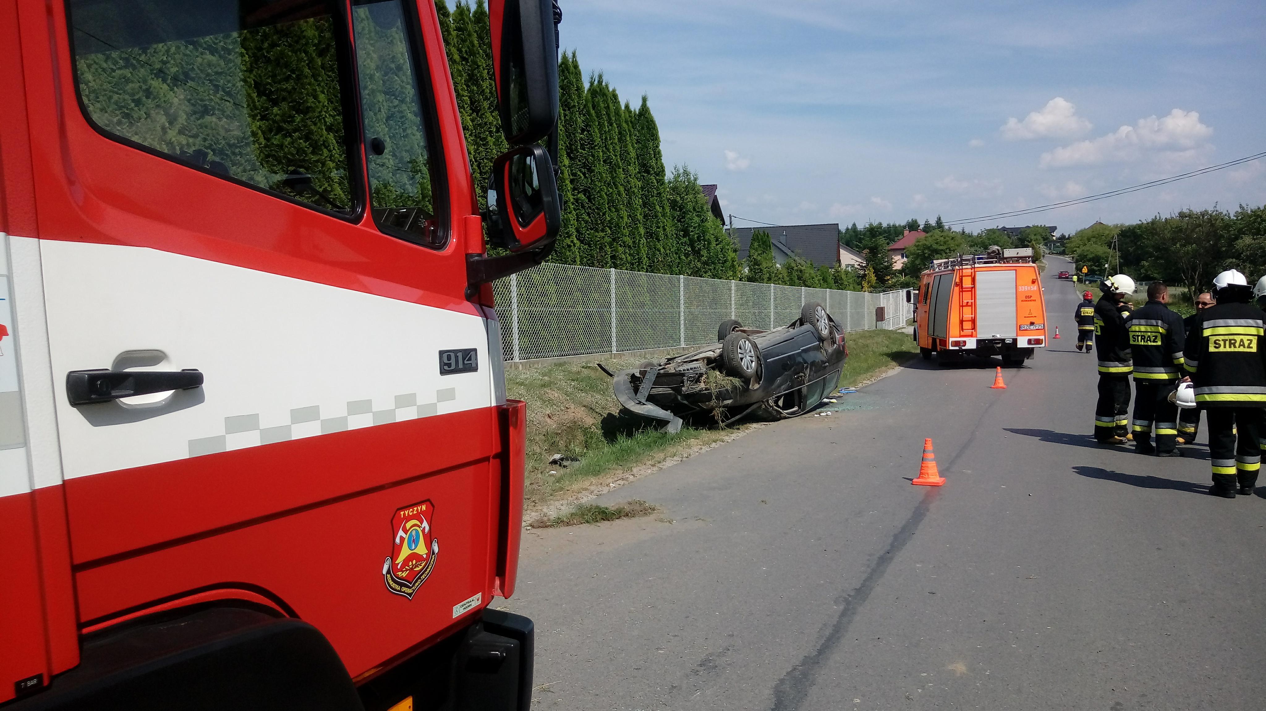 Trzy wypadki: dwa z udziałem z motocyklistów, dachowanie volkswagena