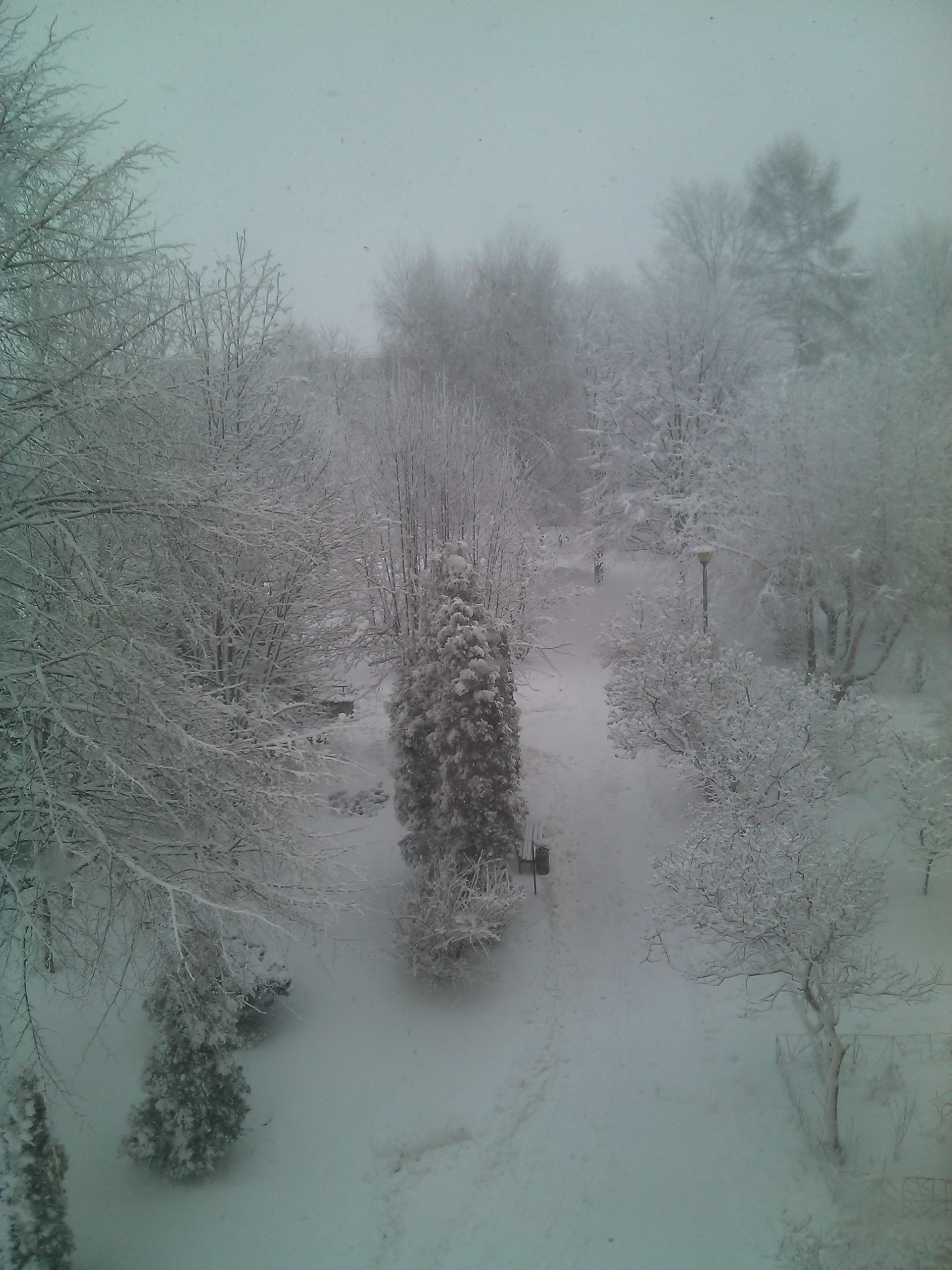 """Nie wszyscy narzekają na pogodę. Pan Krzysztof wysłał nam zdjęcie z os. Baranówka. """"Mi się tam podoba taka zima w Rzeszowie. Wspaniałe widoki z okna i gorąca czekolada. Po co wychodzić z domu?"""" - napisał"""